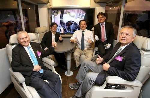 (Left to right) Mr. Sheng-Guang Chen, Chairperson of Formosa Plastics Transport Corporation; Chen Chi-Mai, Vice Premier of the Executive Yuan; Dr. Chung-Ming Kuan, President of NTU; Dr. Kang Li, Associate Professor at Dept. of Mechanical Engineering, NTU; and Dr. Thu-Hua Liu, President of MCUT(Open new window/jpg file)