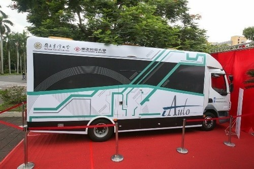 The self-driving bus show car designed by the iAuto team(Open new window/jpg file)