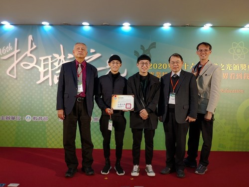 MCUT team received the award at the ceremony: (From left to right) President Thu-hua Liu, Ching-yu Lung, Chieh-an Chung, Dean J. K. Lin, Prof. Heng-yi Lin.(Open new window/jpg file)