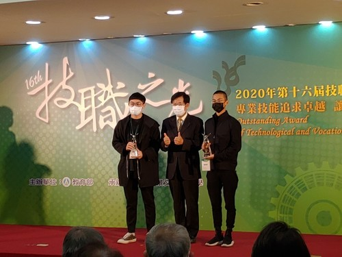 MCUT team received the award at the ceremony: (From left to right) Chieh-an Chung; Minister of Education, Wen-chung Pan; Ching-yu Lung.(Open new window/jpg file)